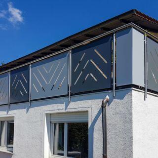 Balkongeländer aus Edelstahl mit individuell gefertigten Balkonverkleidungen - Außenansicht