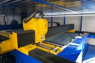 Laserschneidanlage mit Faserlaser 4000x2000mm - Laserkopf im Innenbereich